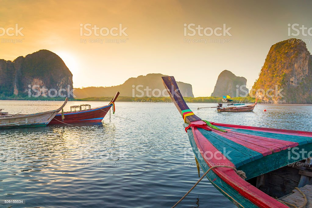 Mar tropical y playa con larga cola barco en Tailandia - foto de stock