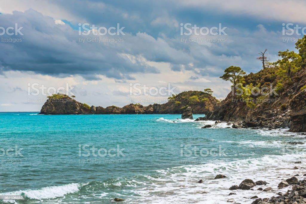 Praia no mar Mediterrâneo. Antalya, Turquia - Foto de stock de Azul royalty-free