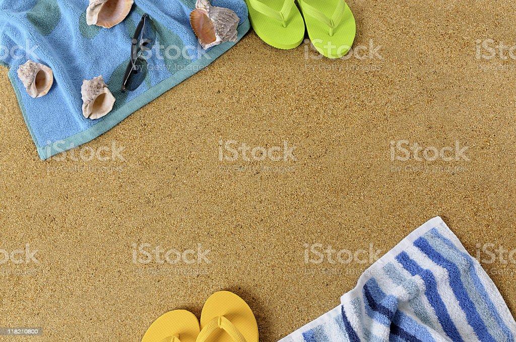 Fundo de Praia com flip flops - fotografia de stock