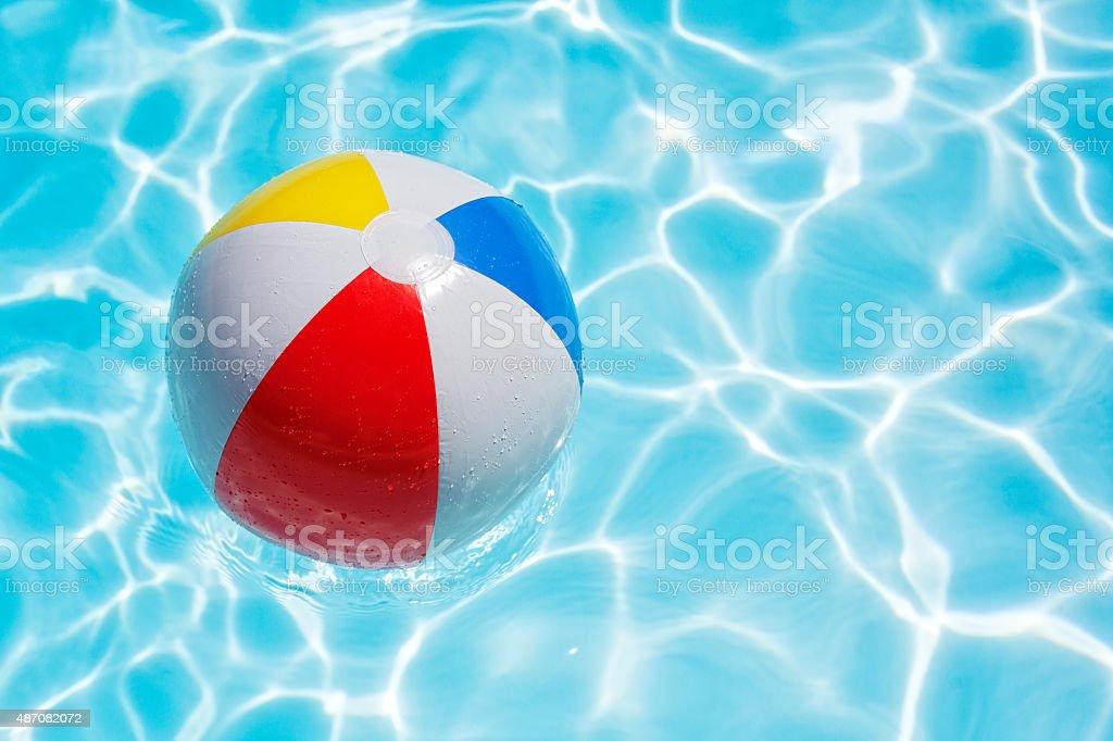 Beach ball in swimming pool foto
