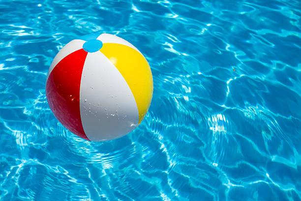 Ballon de plage fête dans une piscine d'eau bleu - Photo