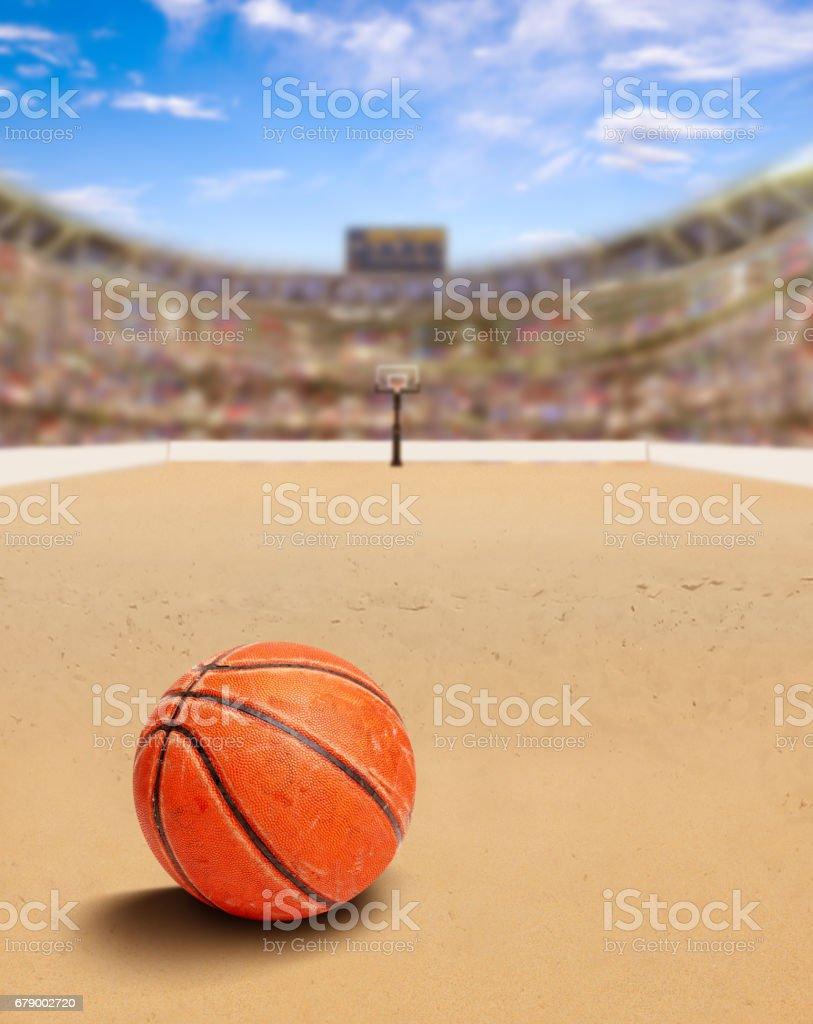 Plage de basket-ball Arena avec ballon sur le sable et espace copie photo libre de droits