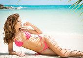 ビキニ美しいビーチ、ヤシの木の上、お肌の質感