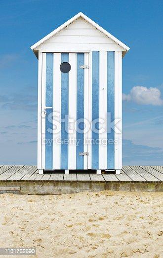 cabine plage sable bleu blanc bois
