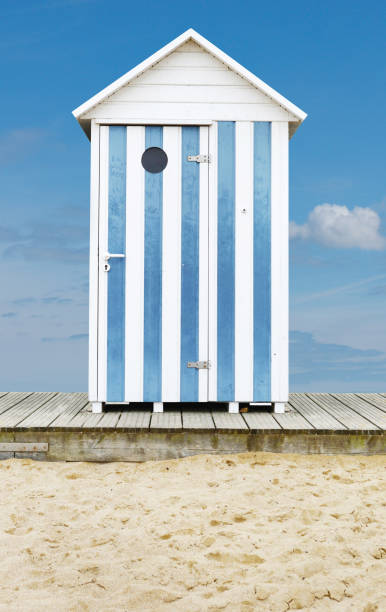 Beach Cabin cabine plage sable bleu blanc bois beach hut stock pictures, royalty-free photos & images