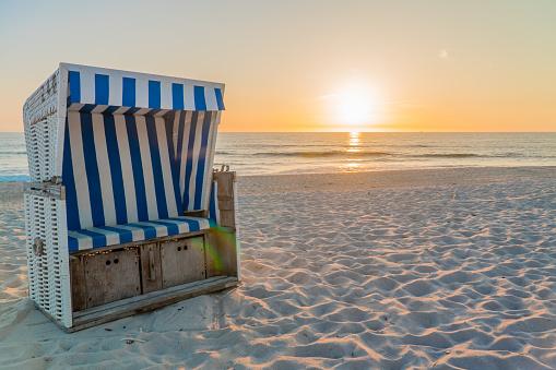 Strandkorb im Sonnenuntergang auf Sylt