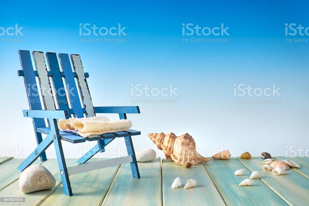 Silla De Playa En La Terraza De Madera Con Conchas De Mar