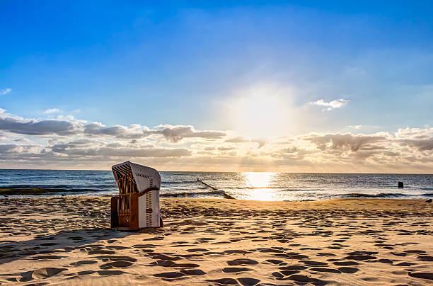 Liegestühle nach Sonnenaufgang – Foto