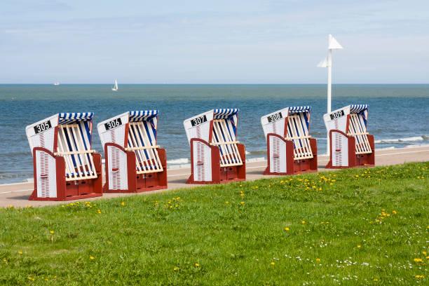 liegestühle am meer, norderney - urlaub norderney stock-fotos und bilder