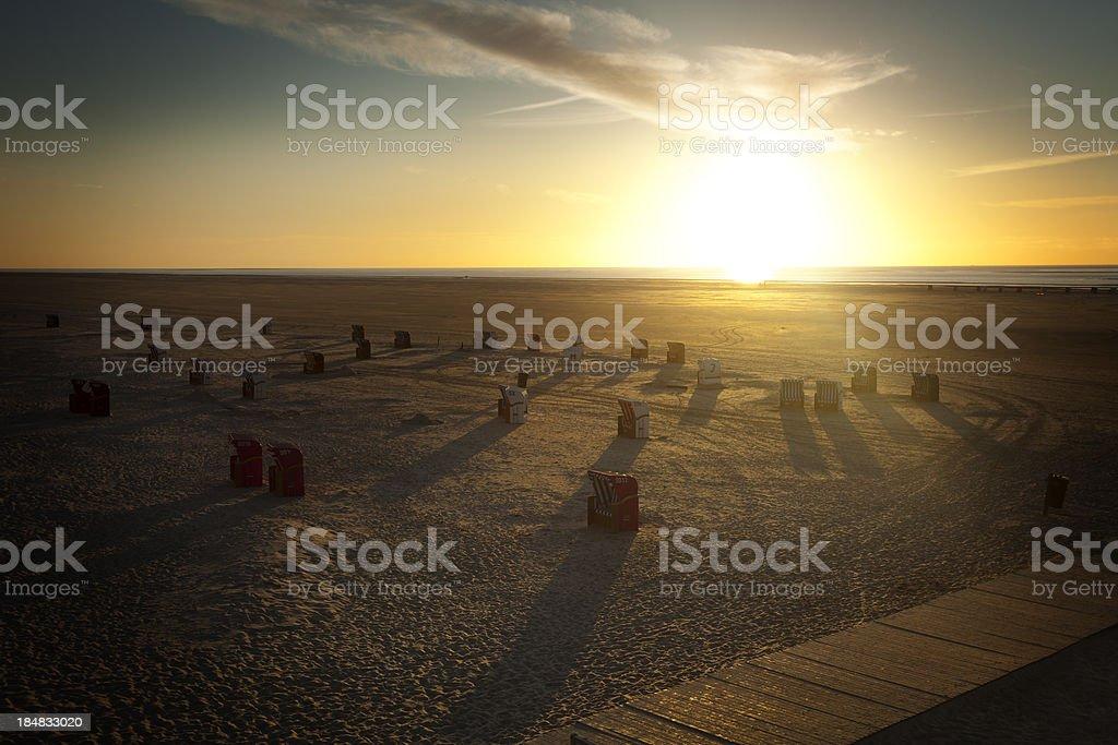 Liegestühle in der Sonne und am Abend – Foto