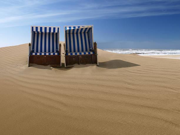liegestühle auf einer sanddüne - wellness ostsee stock-fotos und bilder
