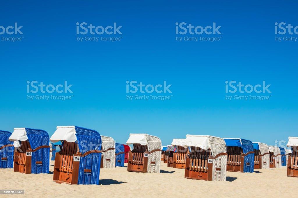 Strandkörbe an der Ostseeküste in Warnemünde, Deutschland – Foto