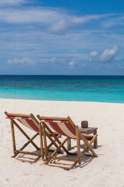 Liegestühle am Strand Atoll Insel Malediven – Foto
