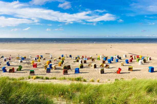 strandkörbe auf der insel juist - urlaub norderney stock-fotos und bilder