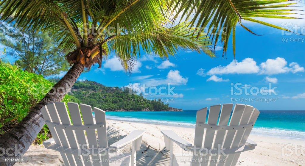 Sillas de playa en playa tropical - foto de stock