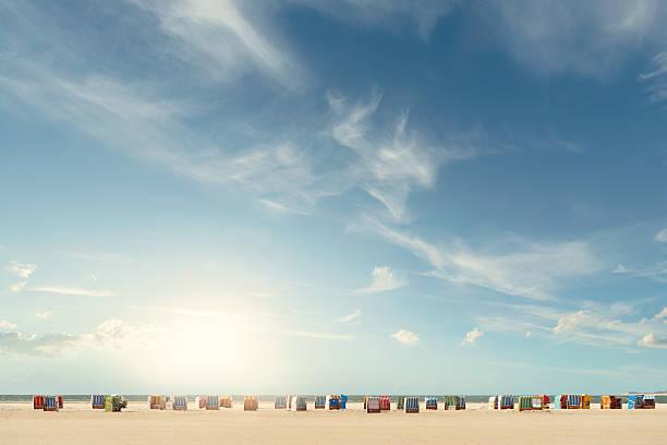 beach chairs - sky 個照片及圖片檔