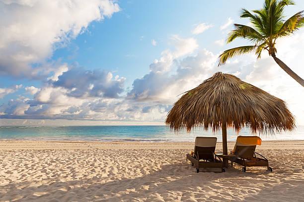 beach chairs with umbrella and beautiful sand beach - golf sommar skugga bildbanksfoton och bilder