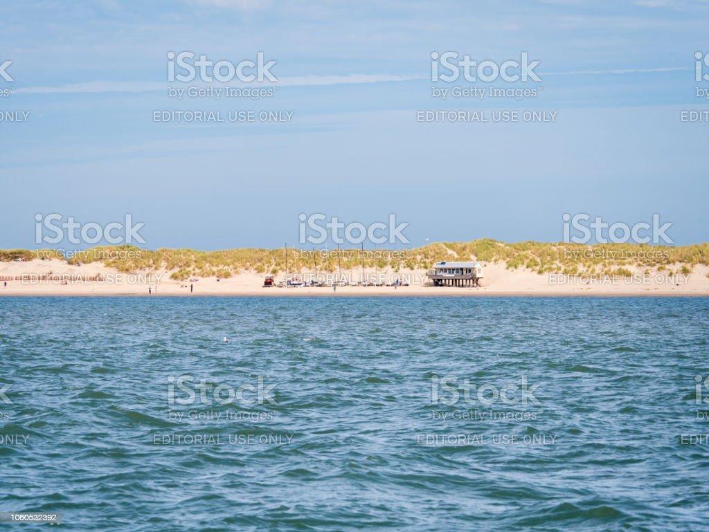 Beachclub und Dünen an der Küste von Ameland im Wattenmeer, Friesland, Niederlande – Foto