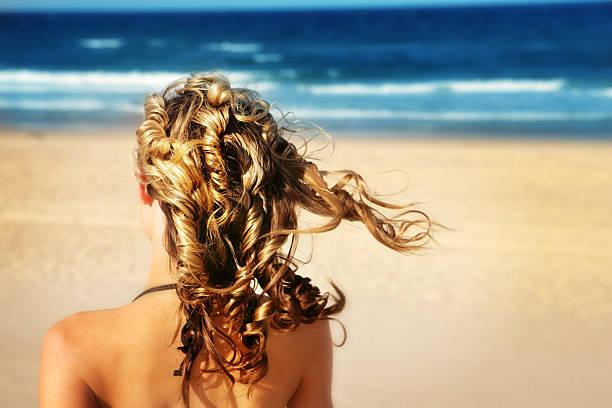 playa de ensueño - chica rubia espaldas fotografías e imágenes de stock