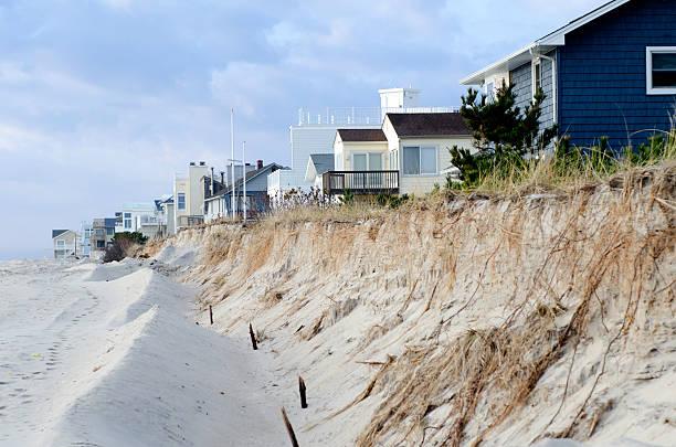 plaża erozja i dune zniszczenie spowodowane przez huragan sandy - erodowany zdjęcia i obrazy z banku zdjęć