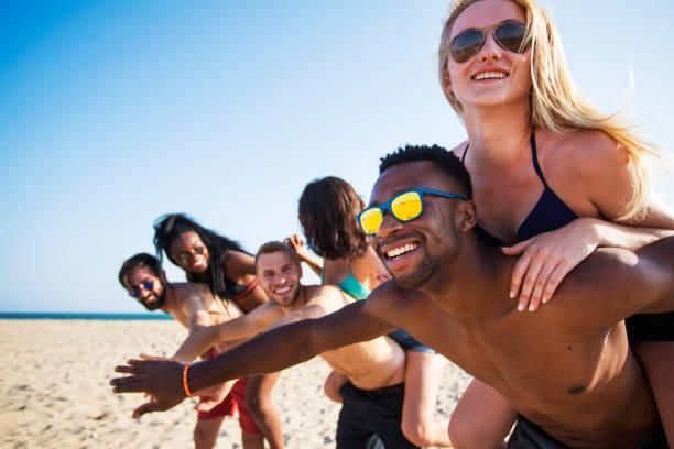 strand plezier met vrienden - strandfeest stockfoto's en -beelden