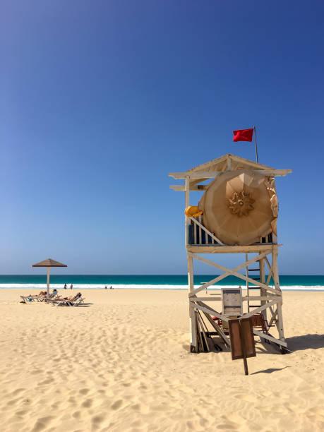 strand wache am praia de chaves - kapverdische inseln stock-fotos und bilder