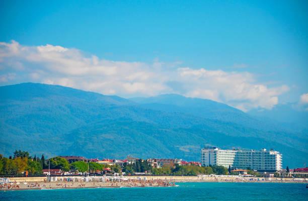 イメレティ湾のビーチ アドラー黒海の小石のビーチ - クラスノダール市 ストックフォトと画像