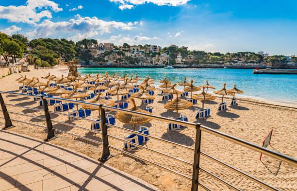 stranden i porto cristo på mallorca, balearerna, spanien medelhavet - golf sommar skugga bildbanksfoton och bilder