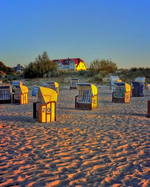 strand am abend mit liegestühlen in der sonne. ahlbeck, deutschland - usedom stock-fotos und bilder