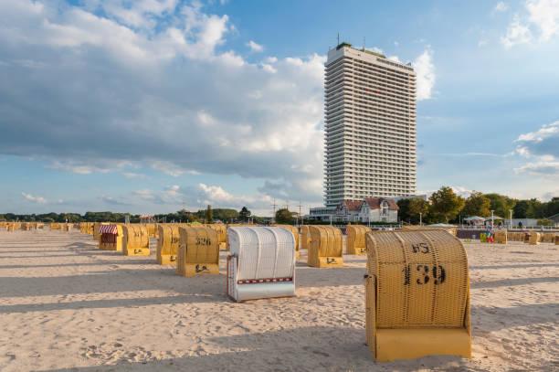 strand in travemünde - nordsee urlaub hotel stock-fotos und bilder