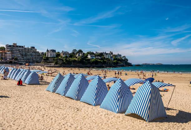 Strand mit gestreiften Zelten Dinard, Bretagne, Frankreich – Foto