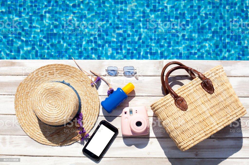 Articles de plage au bord de la piscine - Photo