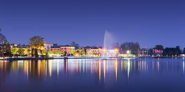 Strand der Stadt bardolino mit Reflexionen in See bei Nacht – Foto