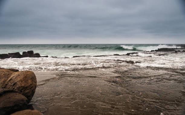 Playa de rocas en montañita ecuador - foto de stock