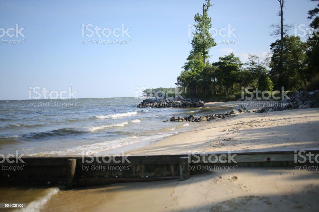 Praia na Baía de Chesapeake em Virgínia, Reedville - Foto de stock de Areia royalty-free