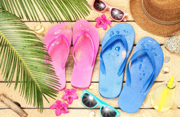 strand, palmenblätter, sand, sonnenbrille und flip flops - flitterwochen flip flops stock-fotos und bilder