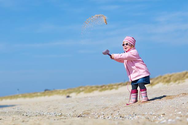 strand play - sonnenbrille kleinkind stock-fotos und bilder
