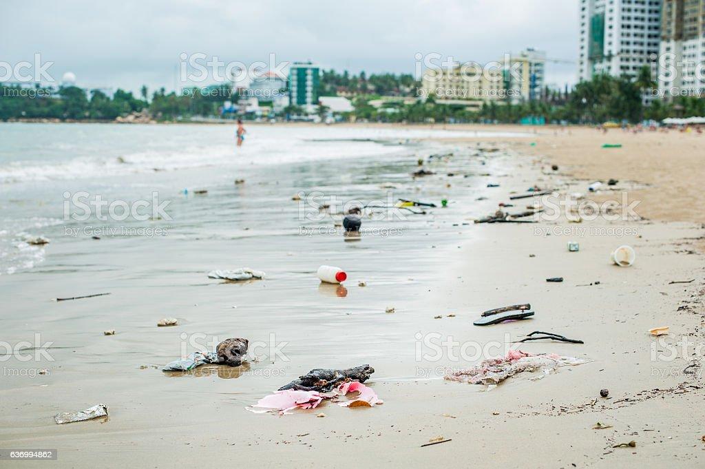 Playa de la contaminación. Frascos de plástico y otros poner verde sobre el mar y playa - foto de stock