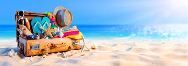 Vorbereitung des Strand - Accessoires im Koffer auf Sand – Foto