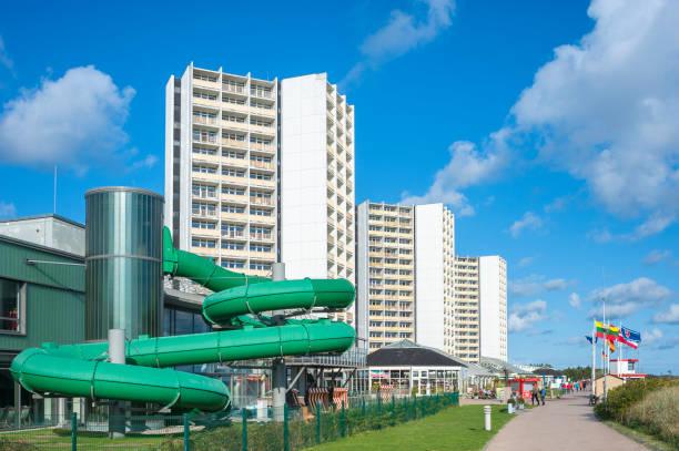 strandpromenade in burgtiefe - nordsee urlaub hotel stock-fotos und bilder