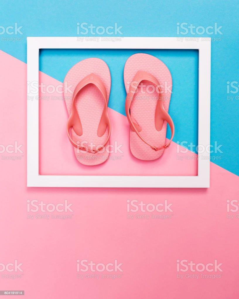 Sandálias de praia e quadro em um fundo brilhante - foto de acervo
