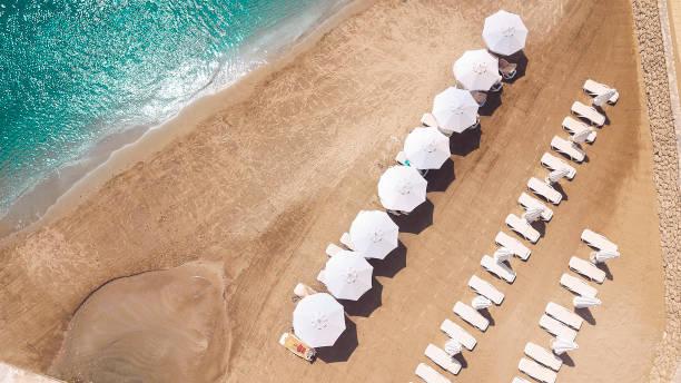 strand-szene-landschaft von luftbild drohne - hotels in der türkei stock-fotos und bilder