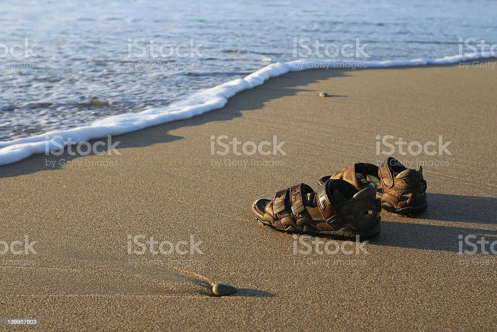 c75c9b65ee8a2 Foto de Praia De Calçados e mais fotos de stock de Areia - iStock