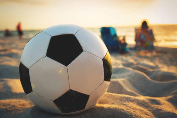 futebol da praia - futebol de areia - fotografias e filmes do acervo