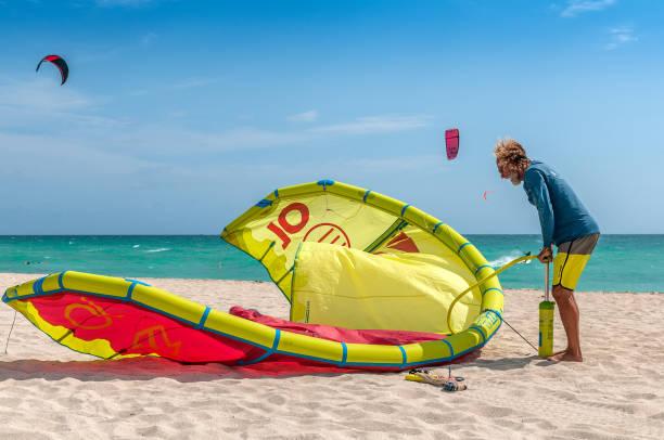strand-sports - kitesurfen lernen stock-fotos und bilder