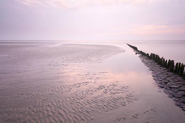 sonnenuntergang am strand in der nordsee - urlaub norderney stock-fotos und bilder
