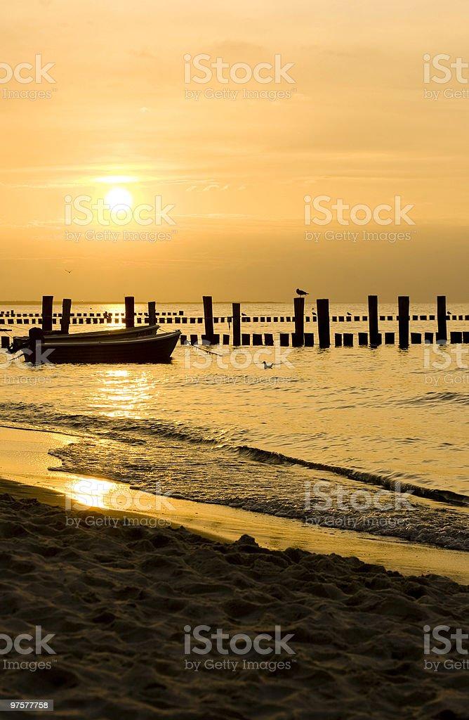 Coucher de soleil sur la plage photo libre de droits