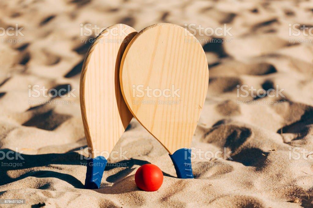 Beach tennis, beach paddle ball, matkot. Beach rackets and ball on the beach - foto stock