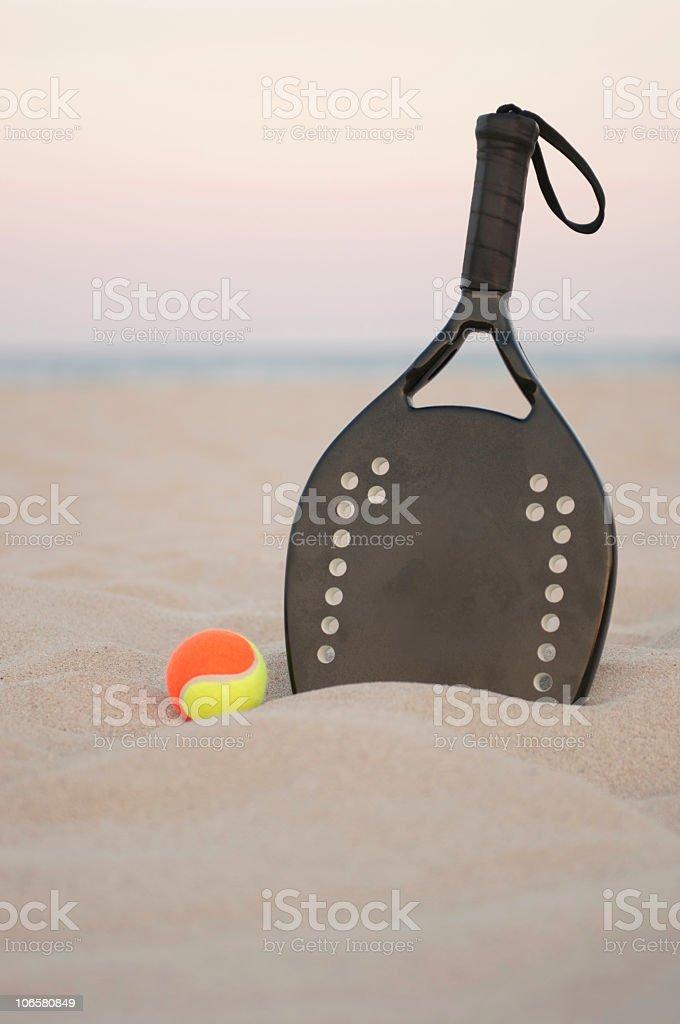 Racchetta da tennis e Palla da spiaggia al tramonto - foto stock