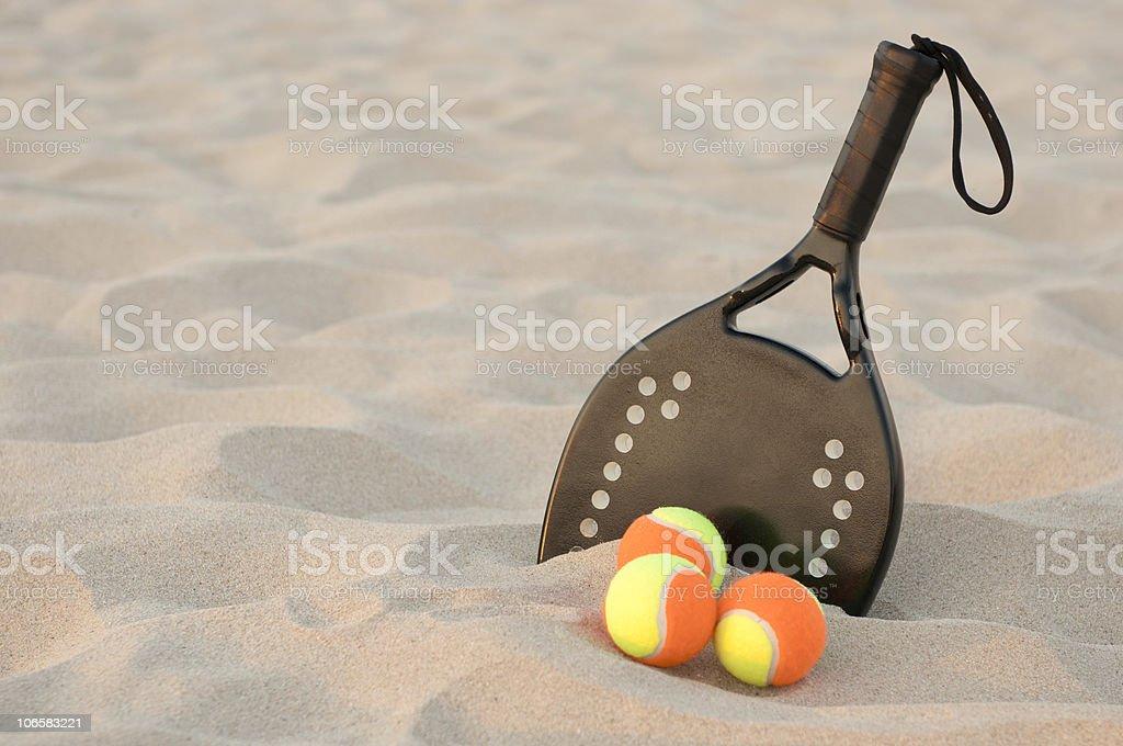 Racchetta da tennis in spiaggia di sabbia - foto stock